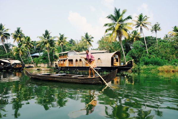 човен на річці в індії