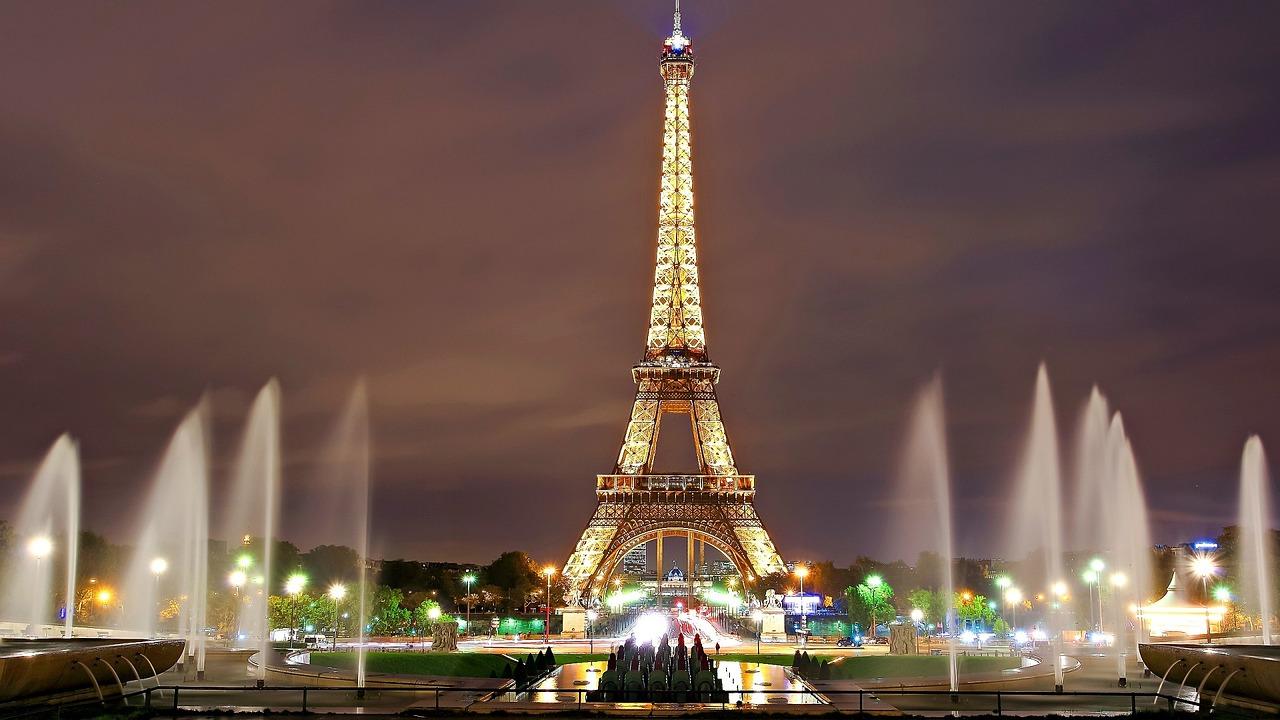 Париж Ейфелева вежа фонтан