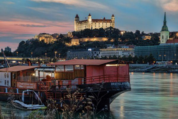 братислава дунай човен замок