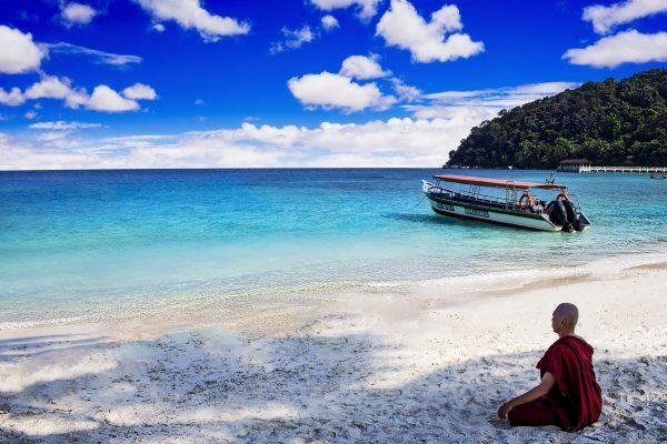 малайзія монах на пляжі