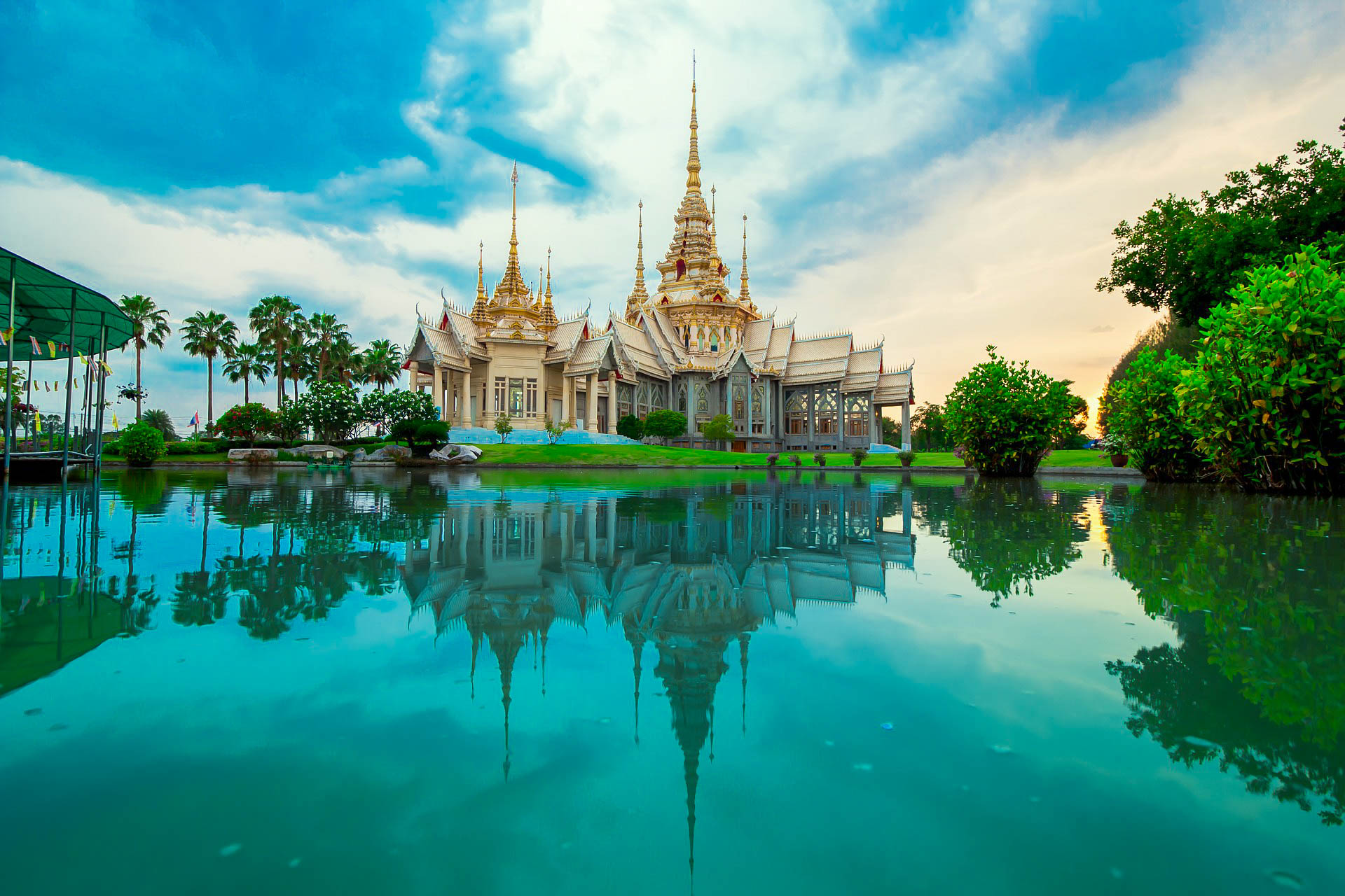 Таїланд храм озеро