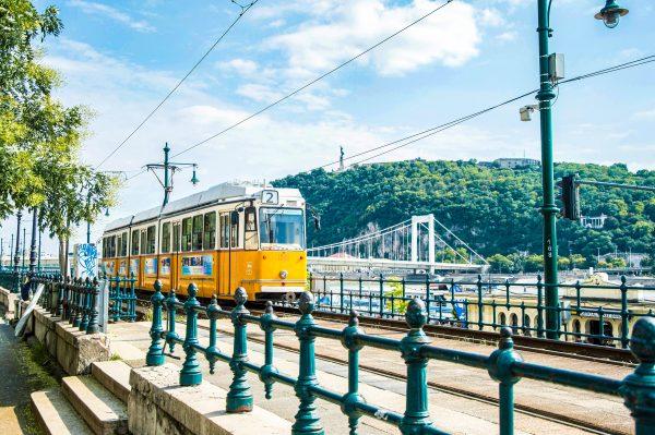 Угорщина Будапешт трамвай набережна