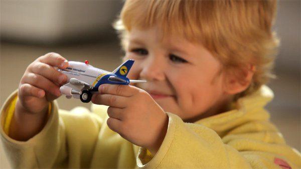 Дитина грається з літаком МАУ