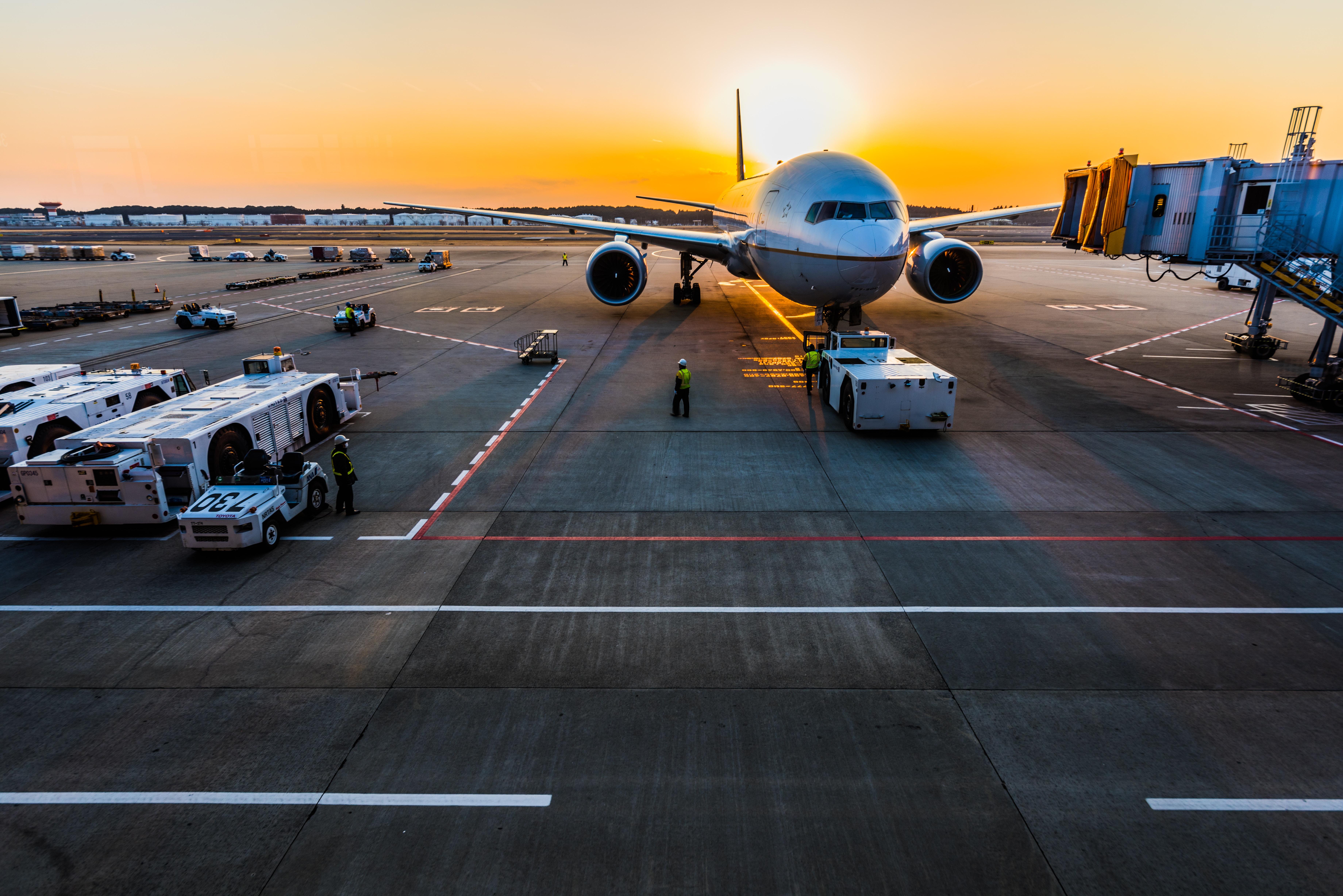 літак в аеропорті