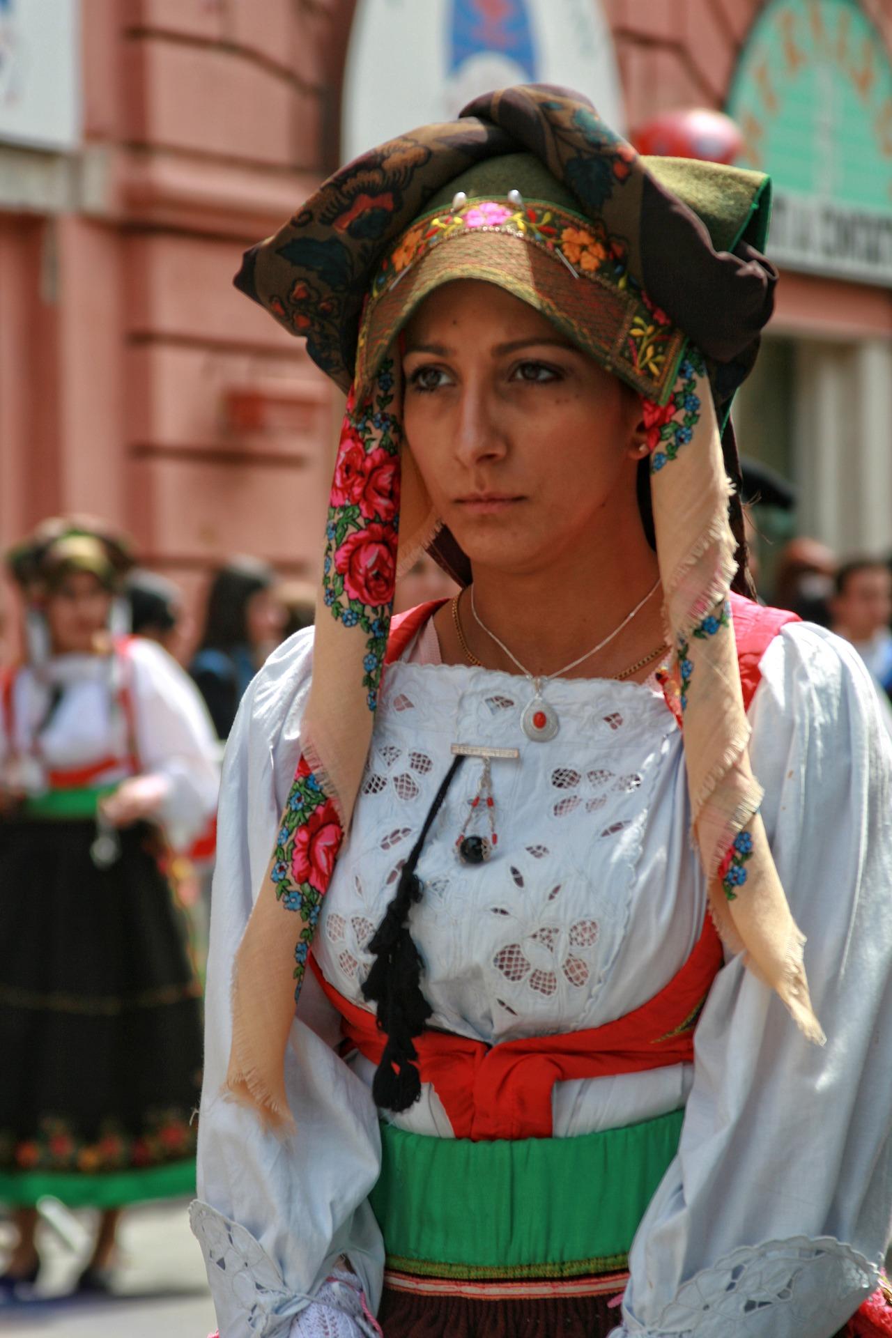 сардинія кальярі дівчина в національному костюмі